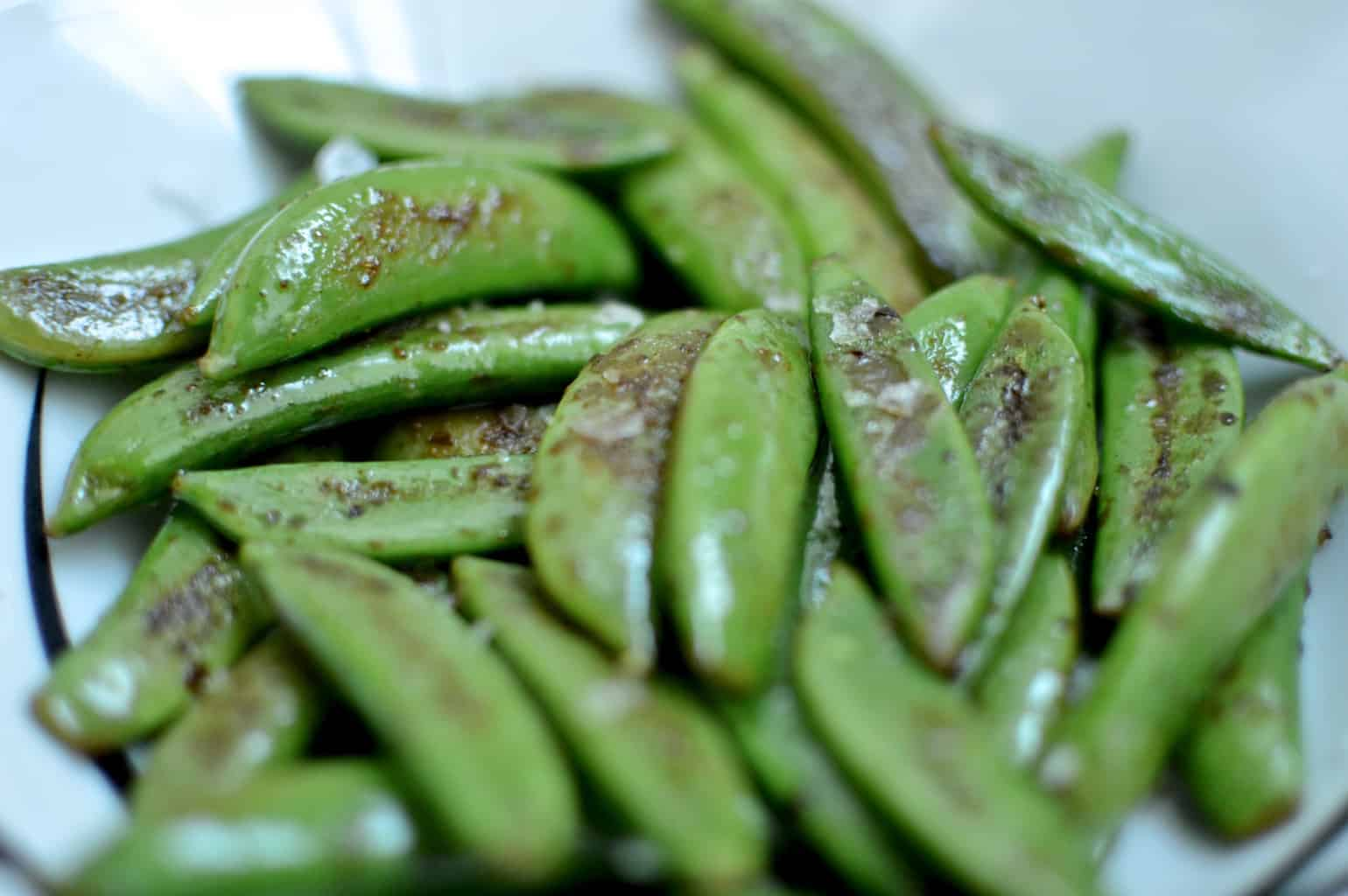 Sugarsnap peas with cayenne pepper & lemon